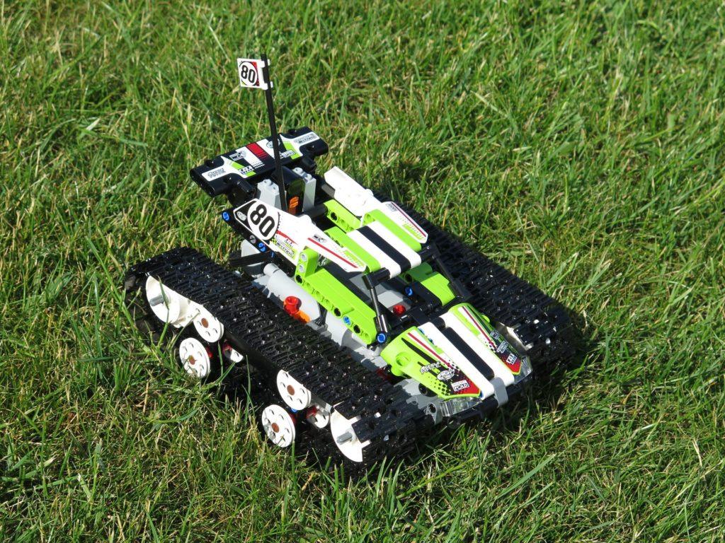LEGO® Technic Ferngesteuerter Tracked Racer (42065) - auf Gras, rechts vorne | ©2018 Brickzeit