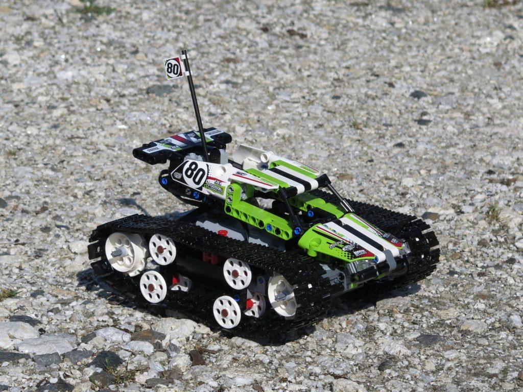 LEGO® Technic Ferngesteuerter Tracked Racer (42065) - steiniger Boden 1 | ©2018 Brickzeit