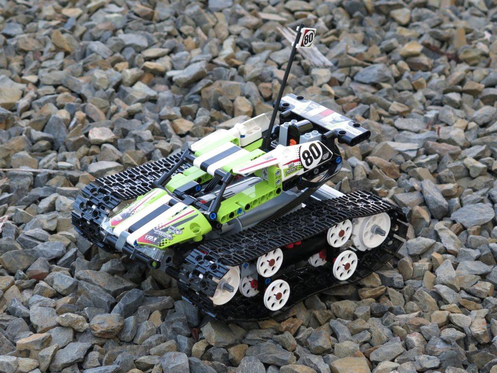 LEGO® Technic Ferngesteuerter Tracked Racer (42065) - steiniger Boden 2 | ©2018 Brickzeit