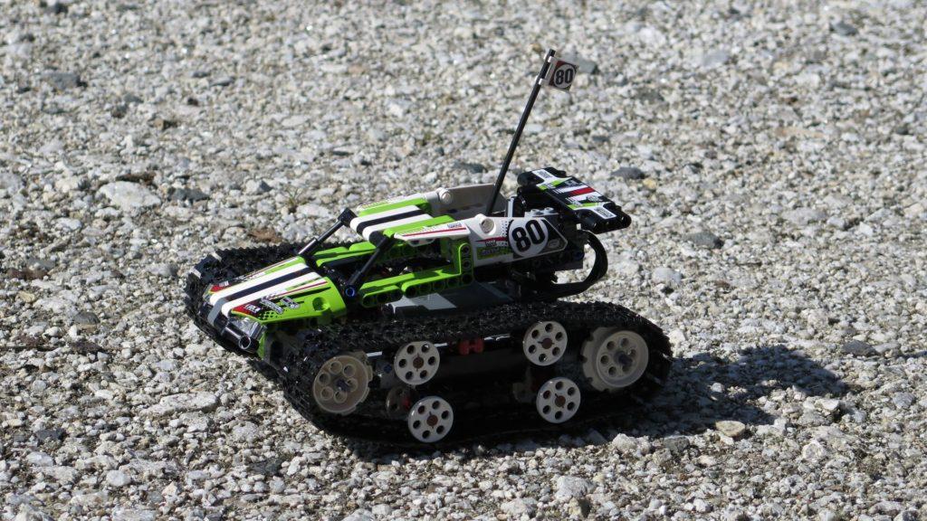 LEGO® Technic Ferngesteuerter Tracked Racer (42065) - steiniger Boden 3 | ©2018 Brickzeit
