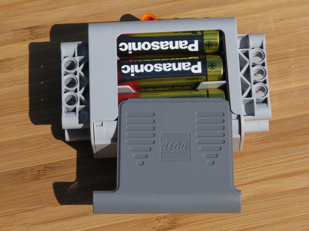 LEGO® Technic Ferngesteuerter Tracked Racer (42065) - Batteriebox bestückt | ©2018 Brickzeit