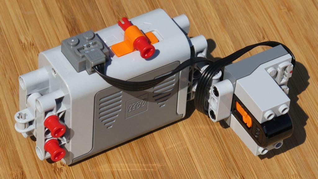 LEGO® Technic Ferngesteuerter Tracked Racer (42065) - Batteriebox und Sensor | ©2018 Brickzeit