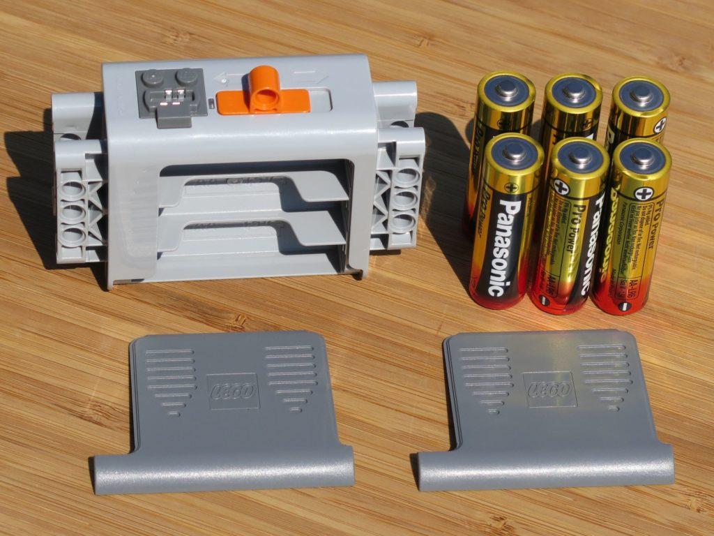 LEGO® Technic Ferngesteuerter Tracked Racer (42065) - Batteriebox offen und Batterien | ©2018 Brickzeit