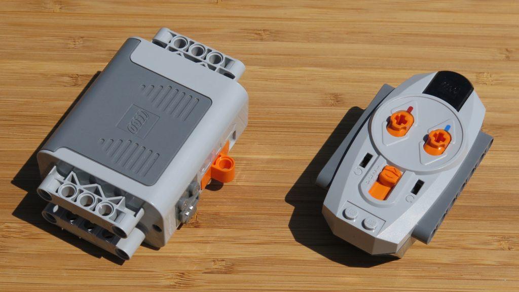 LEGO® Technic Ferngesteuerter Tracked Racer (42065) - Inhalt, Batteriebox und Fernbedienung | ©2018 Brickzeit