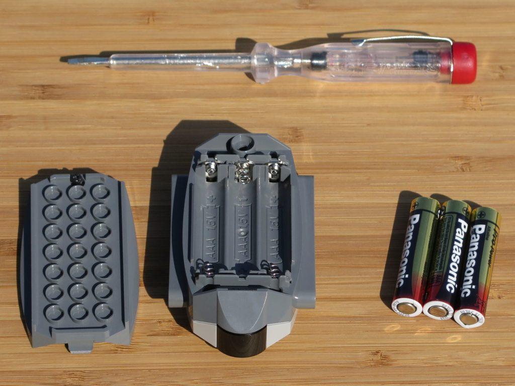 LEGO® Technic Ferngesteuerter Tracked Racer (42065) - Fernbedienung offen, Batterien, Schraubenzieher | ©2018 Brickzeit