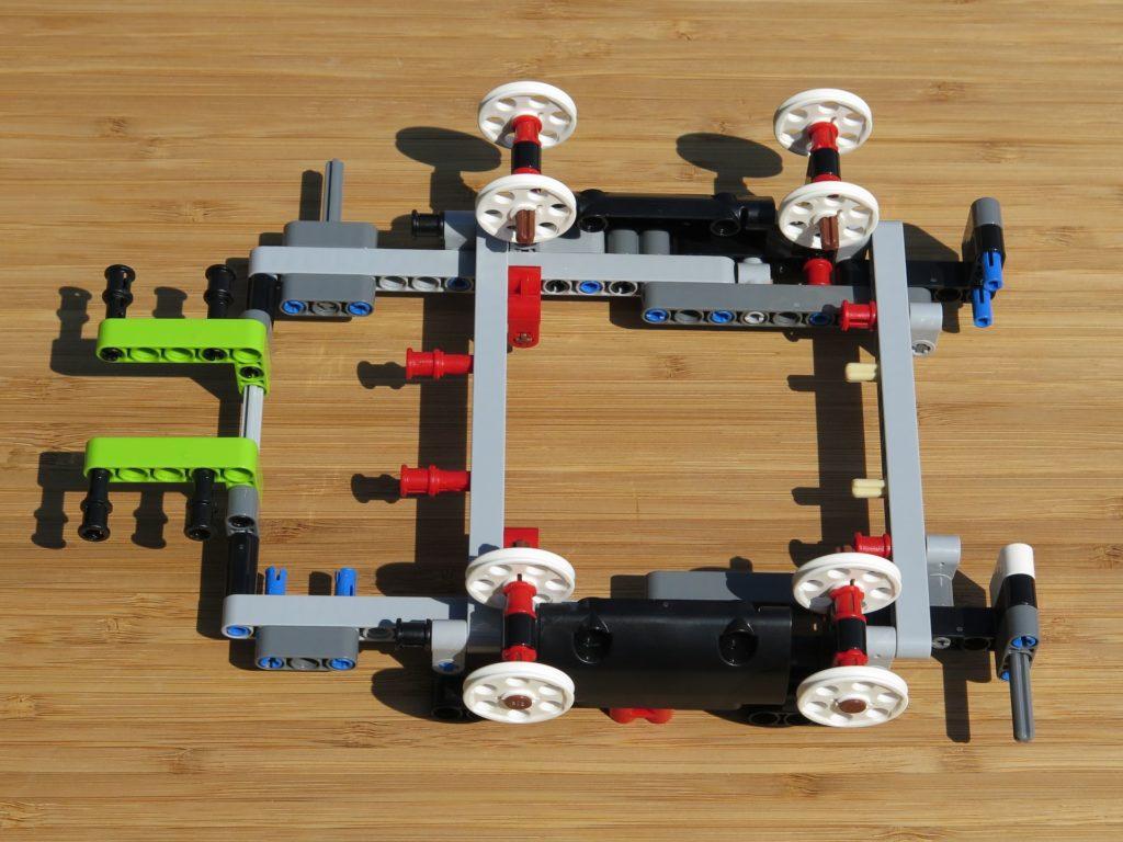 LEGO® Technic Ferngesteuerter Tracked Racer (42065) - Grundgerüst 1 | ©2018 Brickzeit
