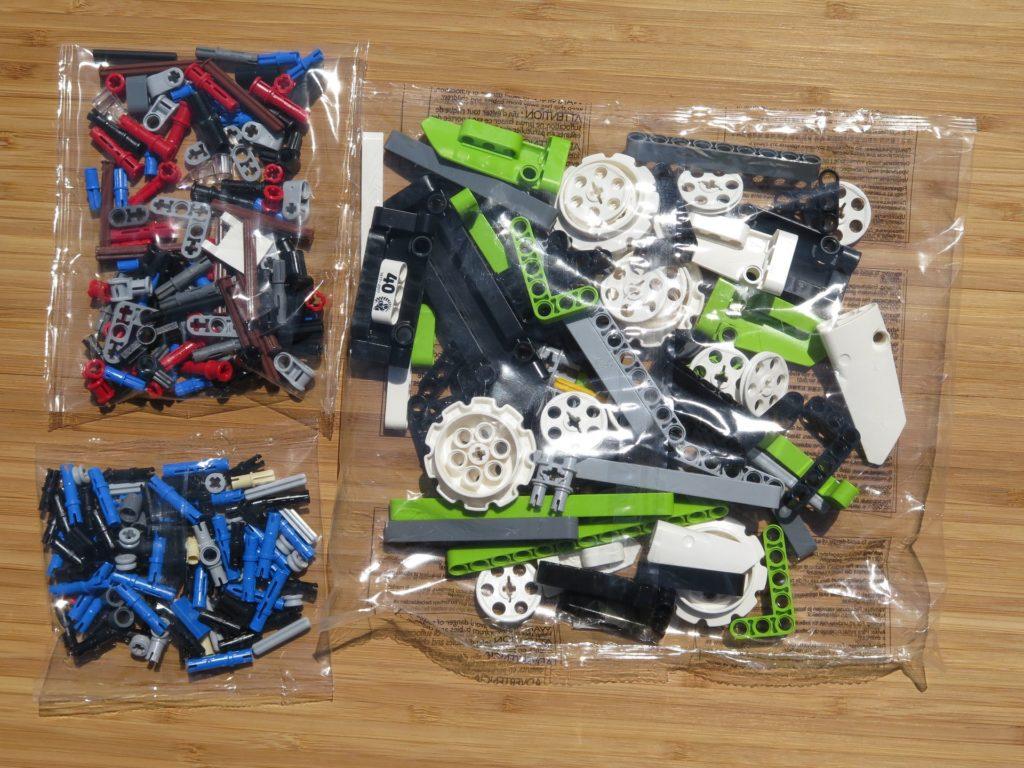 LEGO® Technic Ferngesteuerter Tracked Racer (42065) - Inhalt 1 | ©2018 Brickzeit