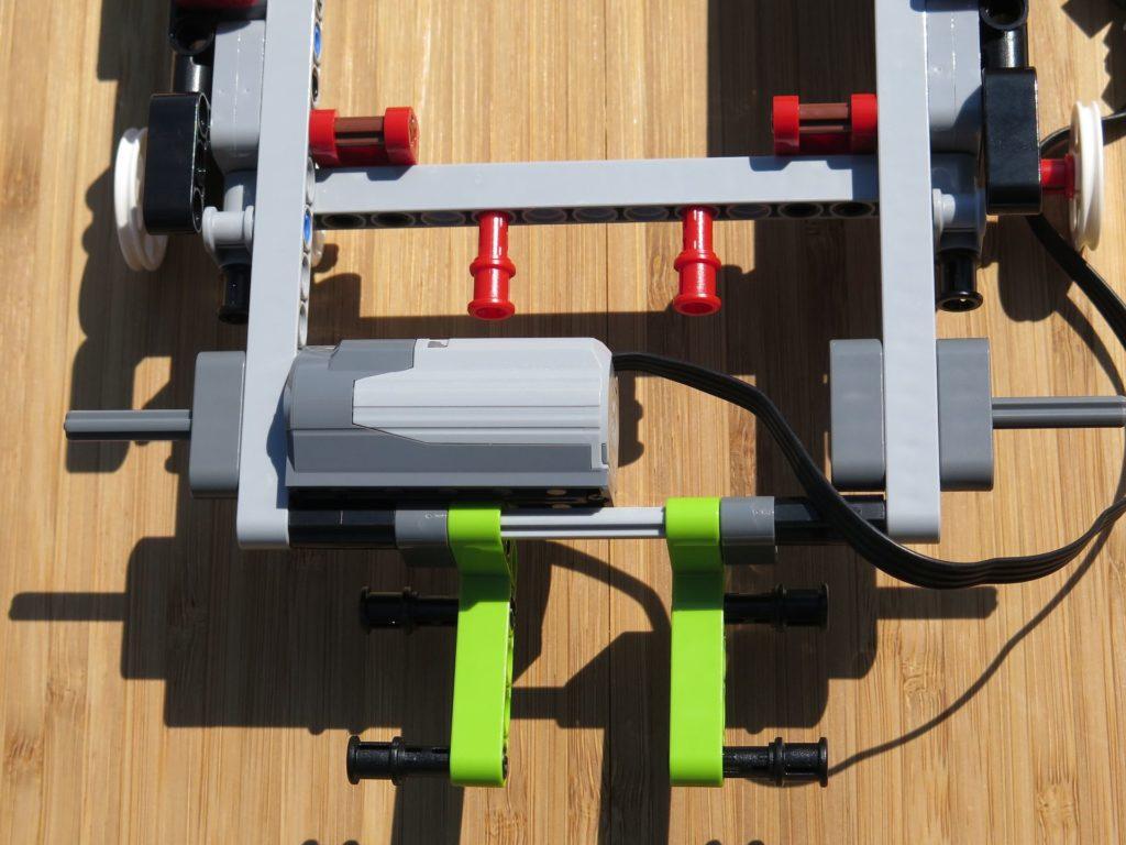 LEGO® Technic Ferngesteuerter Tracked Racer (42065) - Motor 2 montiert | ©2018 Brickzeit