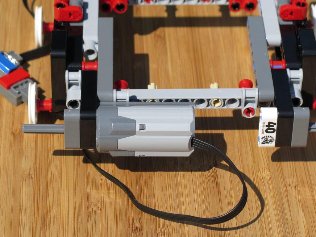 LEGO® Technic Ferngesteuerter Tracked Racer (42065) - Motor 1 montiert | ©2018 Brickzeit
