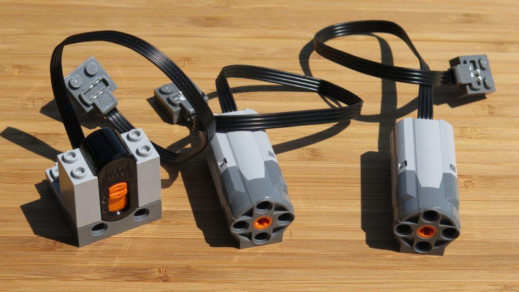 LEGO® Technic Ferngesteuerter Tracked Racer (42065) - Inhalt - Motoren und Sensor | ©2018 Brickzeit