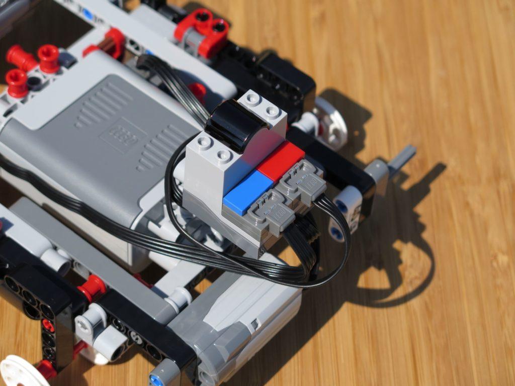 LEGO® Technic Ferngesteuerter Tracked Racer (42065) - roter und blauer Stecker | ©2018 Brickzeit
