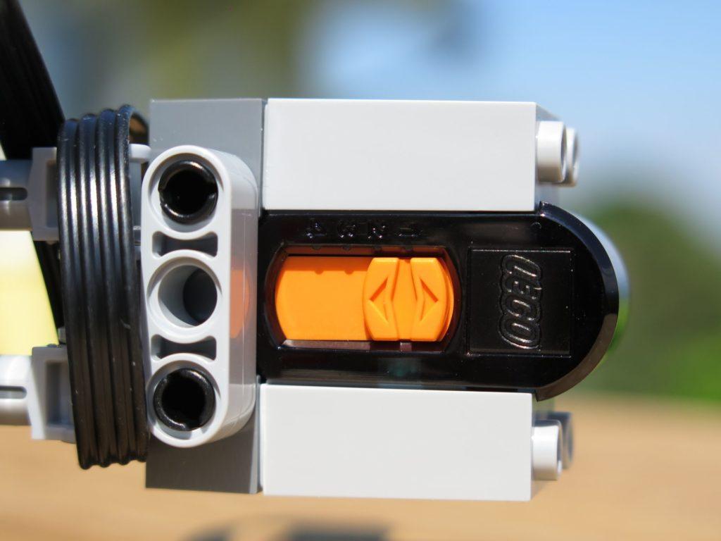 LEGO® Technic Ferngesteuerter Tracked Racer (42065) - Sensor | ©2018 Brickzeit