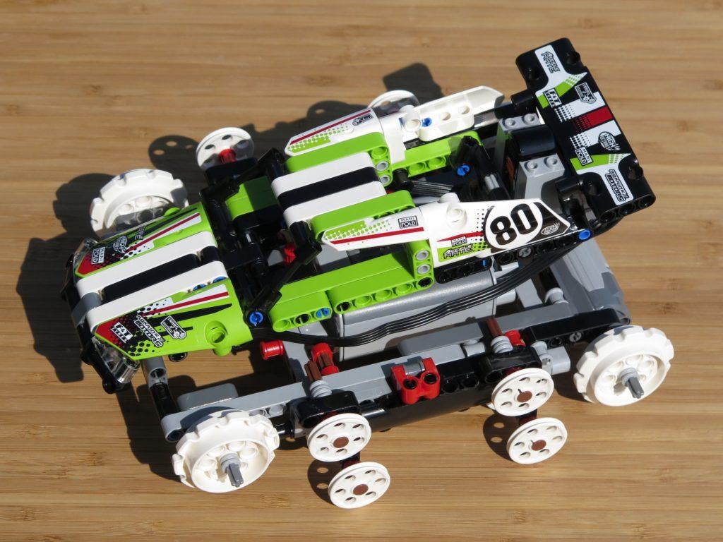 LEGO® Technic Ferngesteuerter Tracked Racer (42065) - Verkleidung montiert, keine Ketten | ©2018 Brickzeit
