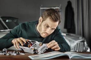 10262_LEGO-Creator-Expert_James-Bond-Aston-Martin-DB5_Designer-beim-Bauen | ©2018 LEGO Gruppe