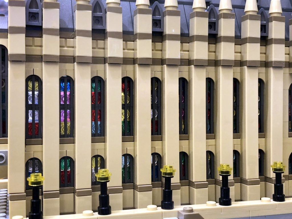 LEGO 71043 - Fenster der großen Hallen von außen | ©2018 Brickzeit