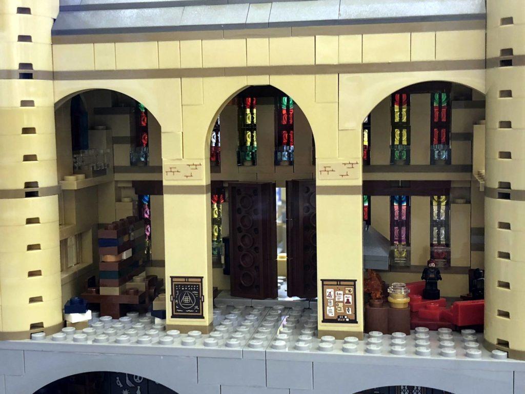 LEGO 71043 - Fenster der großen Hallen von innen | ©2018 Brickzeit
