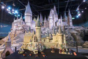 LEGO 71043 - Schloss Hogwarts vor großem Modell | ©LEGO Gruppe