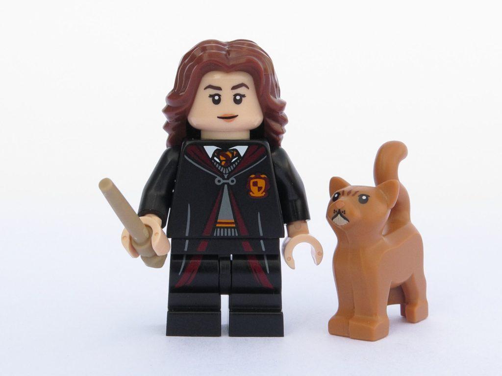 LEGO 71022 - Minifigur 02 - Hermine Granger in Schulkleidung mit Katze Krummbein | ©2018 Brickzeit
