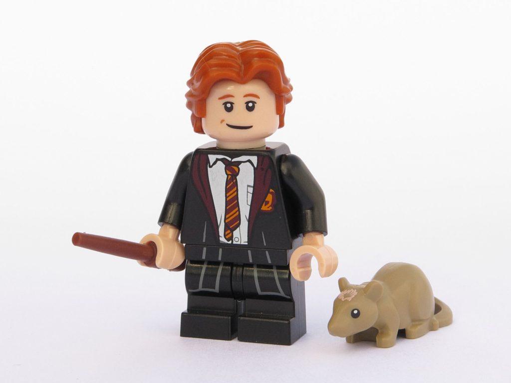 LEGO 71022 - Minifigur 03 - Ron Weasley in Schulkleidung mit Ratte Krätze | ©2018 Brickzeit