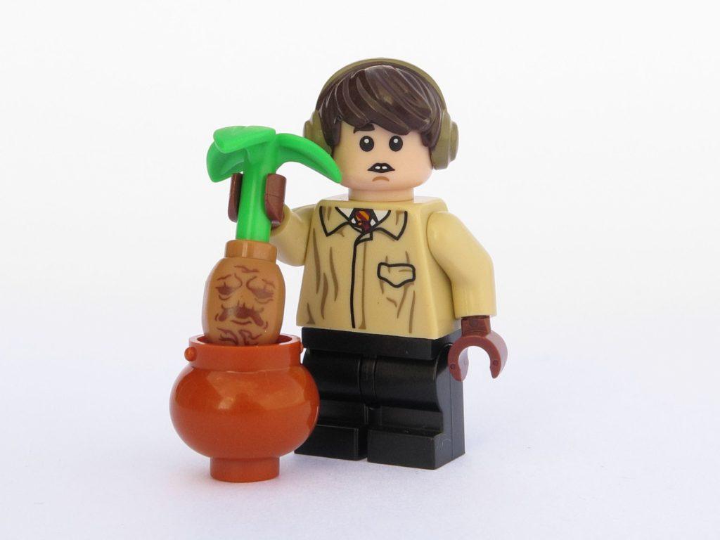 LEGO 71022 - Minifigur 06 - Neville Longbottom zieht Alraune aus dem Topf | ©2018 Brickzeit