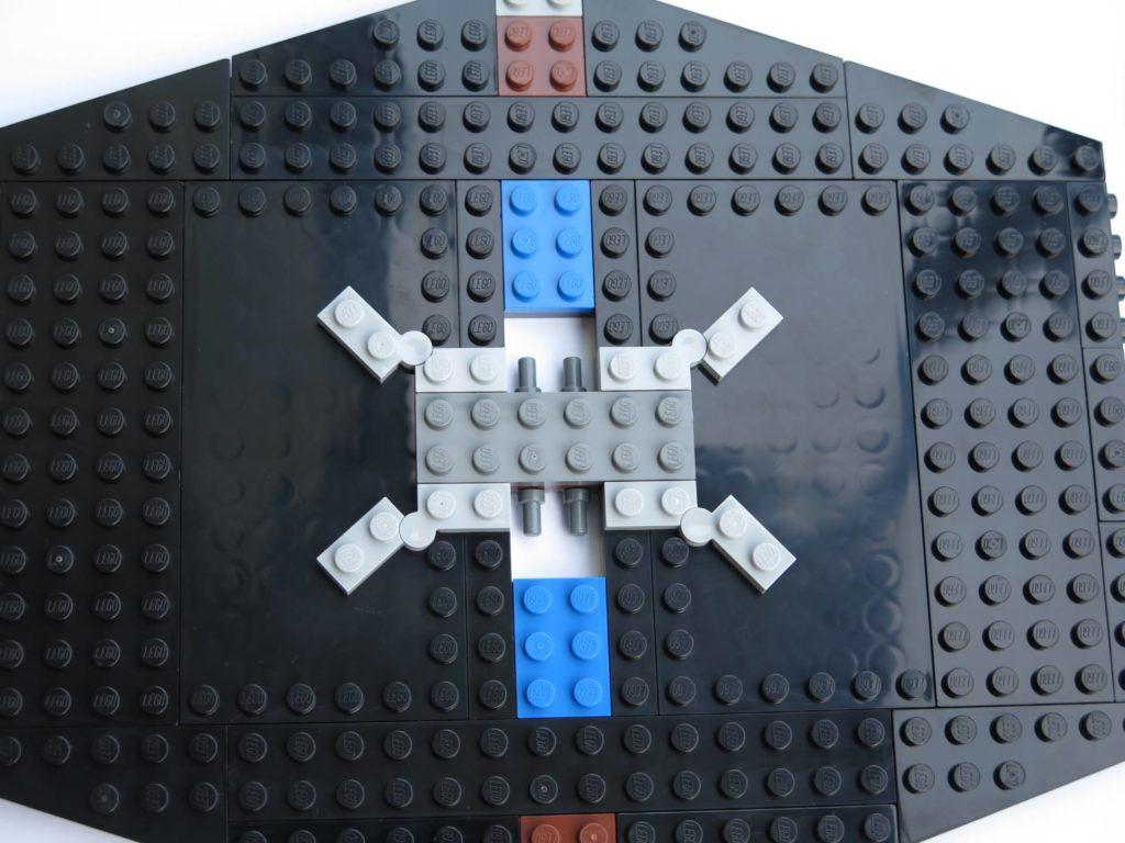 LEGO® 75211 Imperial TIE Fighter - Bauabschnitt 3 - Mitte mit beweglichen Teilen für Streben | ©2018 Brickzeit