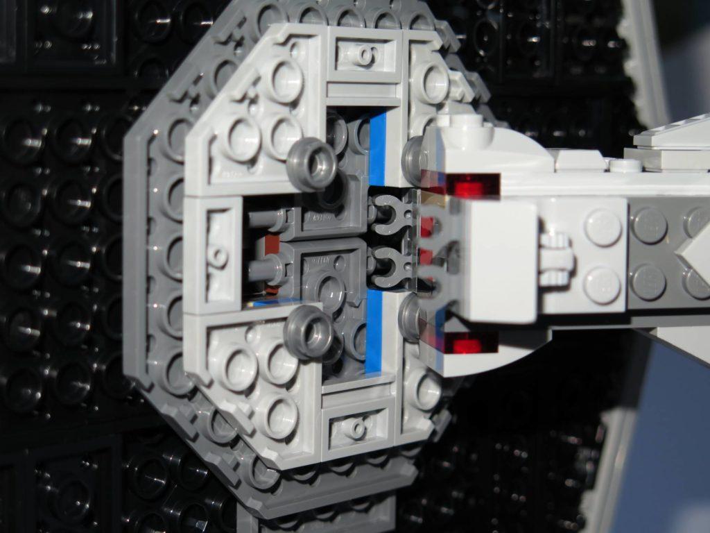LEGO® 75211 Imperial TIE Fighter - Flügel mit Rumpf verbinden | ©2018 Brickzeit