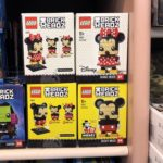 LEGO® Brickheadz Mickey und Minnie Mouse (41624 & 41625) im Regal | ©2018 Brickzeit