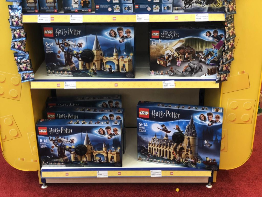 LEGO® Harry Potter bei Bambule in Tschechien - Regal unten | ©2018 Brickzeit