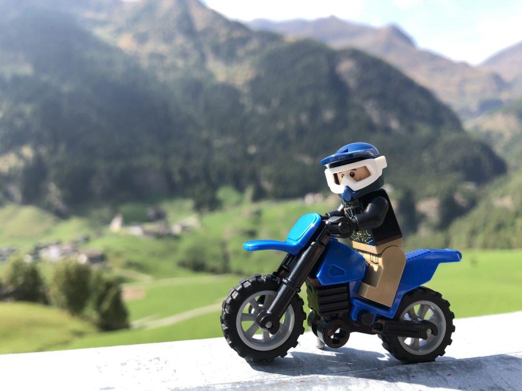 LEGO® Motorrad mit Block auf ein Dorf | ©2018 Brickzeit