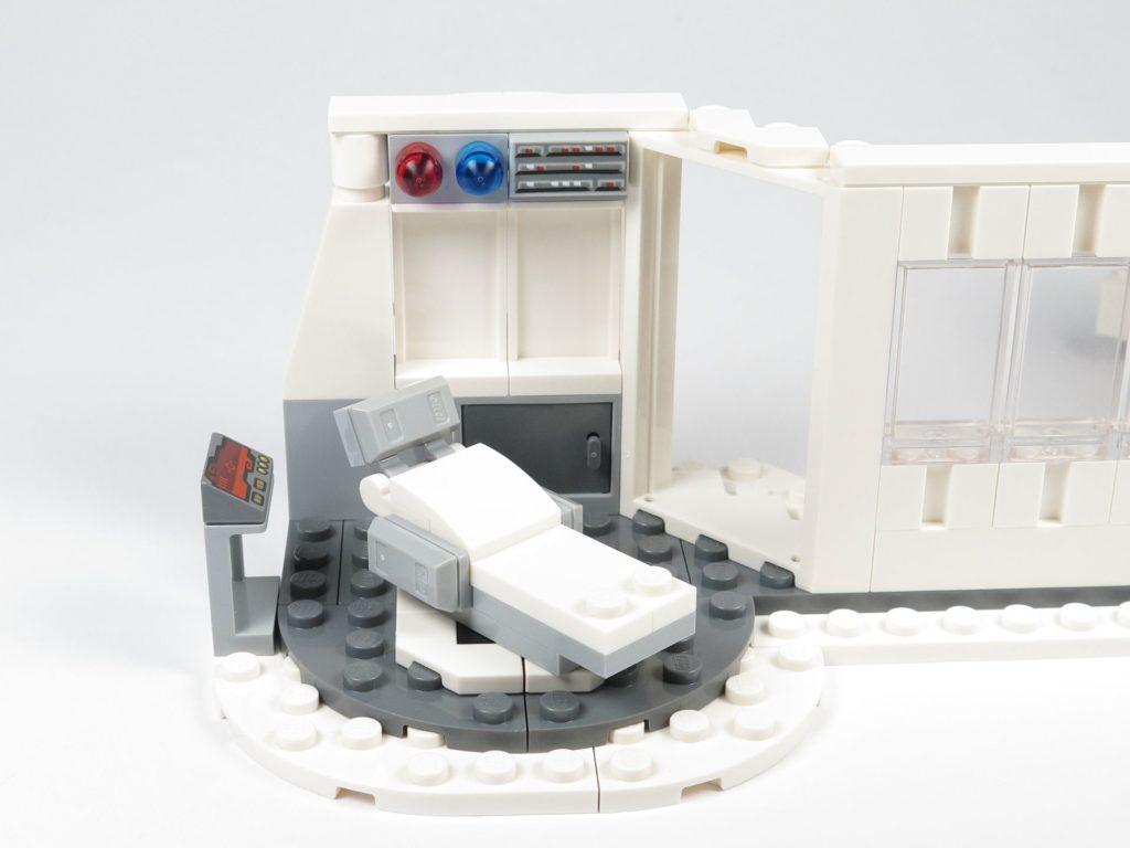 LEGO® Star Wars™ 75203 - Bauabschnitt 2 - Außenbereich um Liege und Armatur erweitert | ©2018 Brickzeit