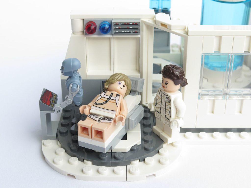 LEGO® Star Wars™ 75203 - Luke auf Liege, Leia erleichtert, Droide prüft Werte | ©2018 Brickzeit
