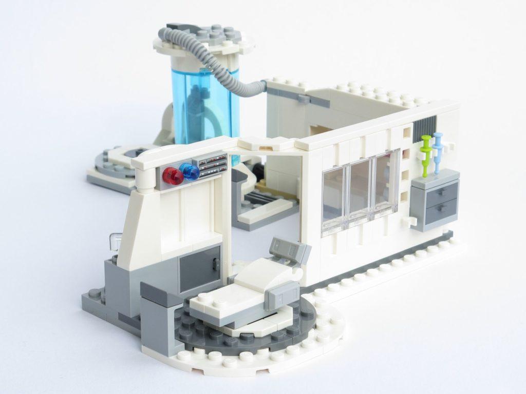 LEGO® Star Wars™ 75203 - fertiges Set - offen, Liege im Vordergrund | ©2018 Brickzeit