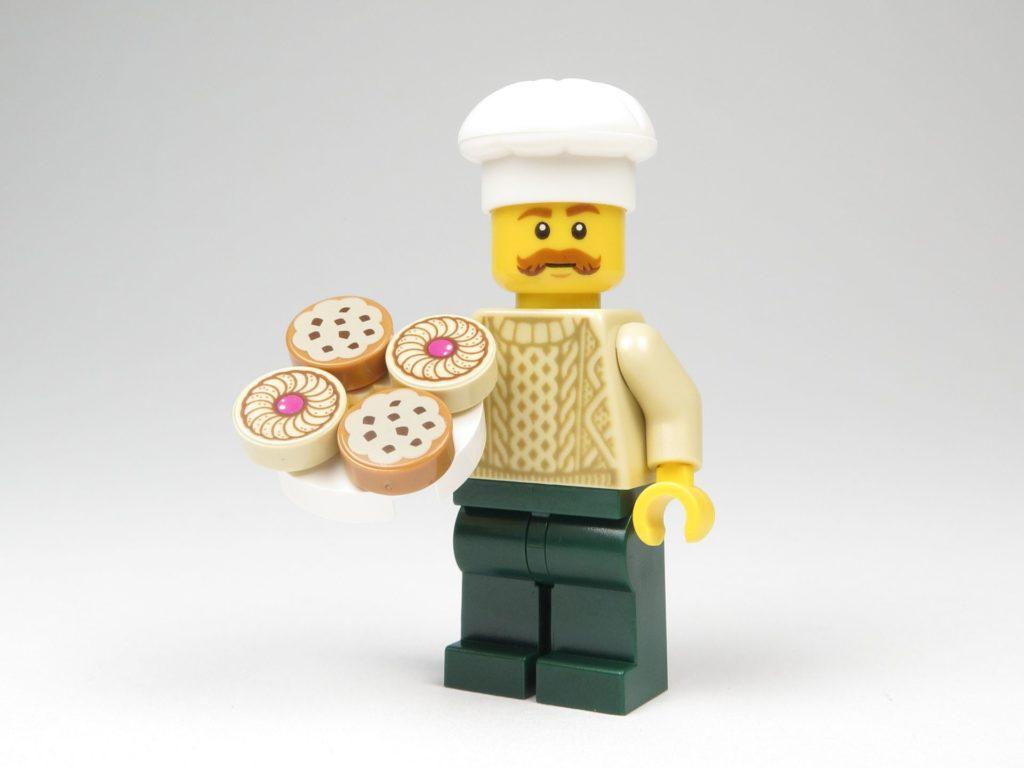 LEGO® City 60201 Adventskalender 2018 - Bäcker mit Tablett voller Süßgebäck | ©2018 Brickzeit