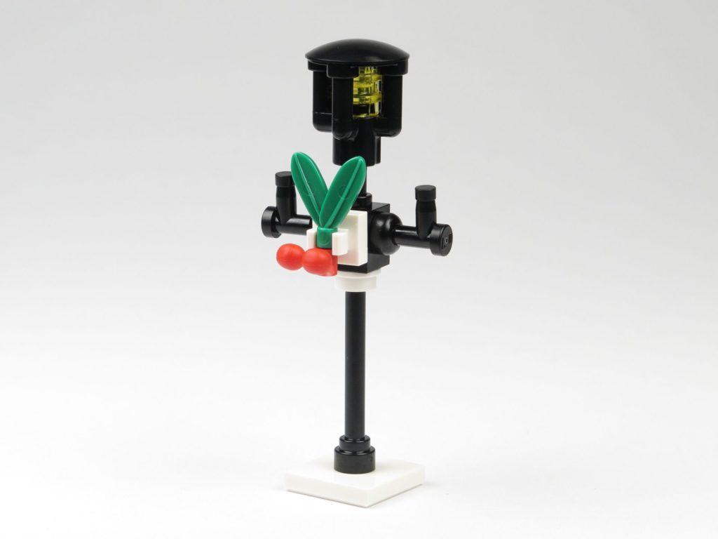 LEGO® City 60201 Adventskalender 2018 - Straßenlaterne mit Weihnachtsschmuck | ©2018 Brickzeit