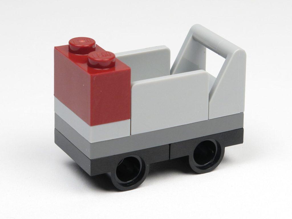 LEGO® 30407 - Gepäckwagen, links vorne | ©2018 Brickzeit