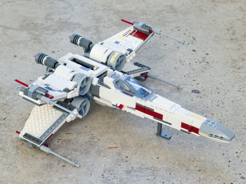 LEGO® Star Wars™ 75218 X-Wing Starfighter™ - vorne, rechts, geöffnete Flügel, hg | ©2018 Brickzeit