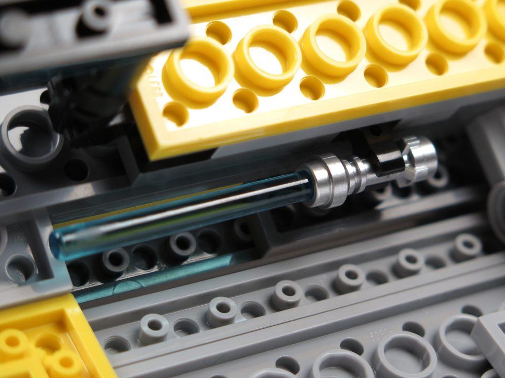 LEGO® Star Wars™ 75214 - Lichtschwert befestigt | ©2018 Brickzeit