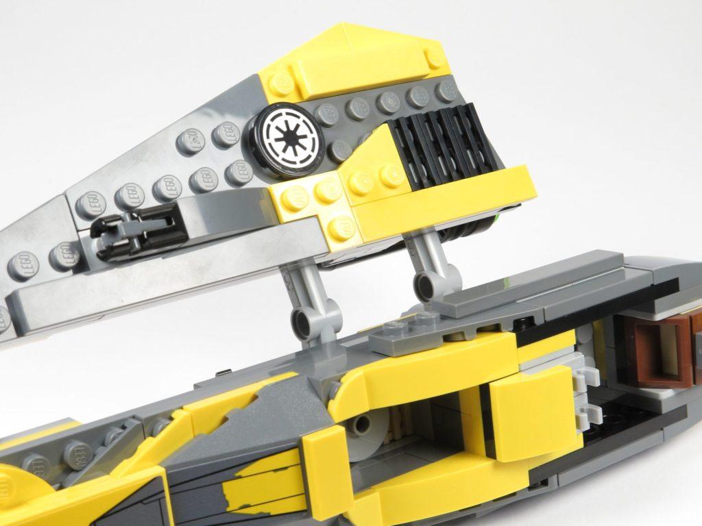 LEGO® Star Wars™ 75214 Bauabschnitt 2 - Flügel wird befestigt | ©2018 Brickzeit