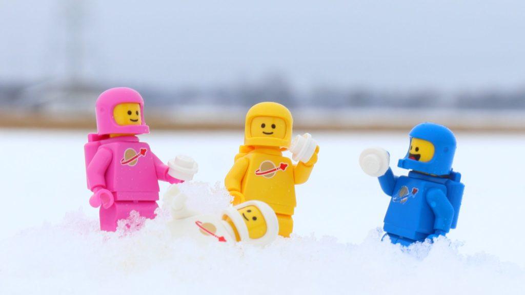 Jenny wird mit Schnee überhäuft | ©2019 Brickzeit
