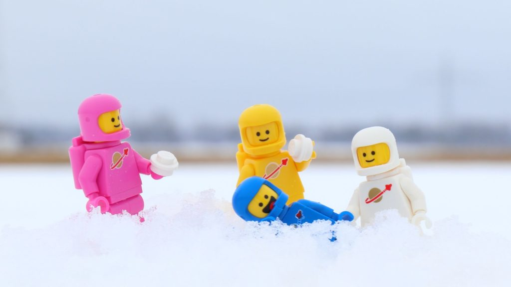 Benny bekommt eine Schneepackung | ©2019 Brickzeit