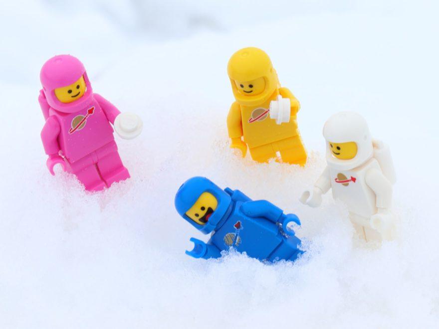 Lenny, Benny, Kenny und Jenny machen eine Schneeballschlacht | ©2019 Brickzeit