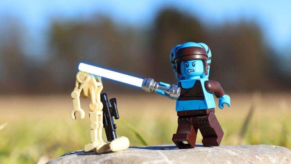 LEGO® Aayla Secura bekämpft einen Droiden mit ihrem Lichtschwert | ®2019 Brickzeit