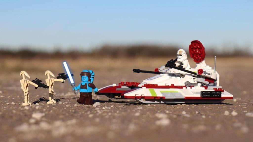 LEGO® Aayla Secura mit Lichtschwert und Republic Fighter Tank | ®2019 Brickzeit