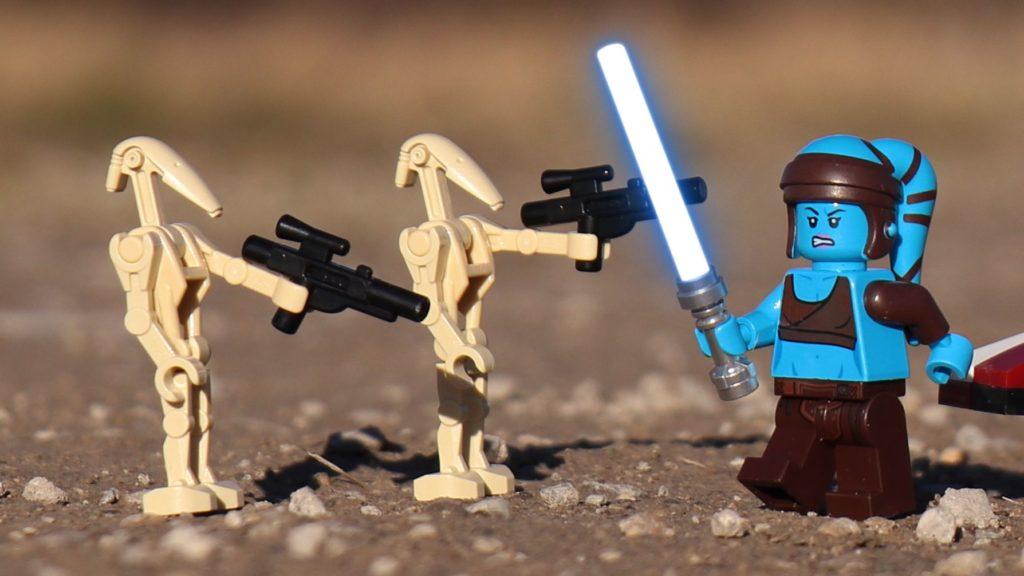LEGO® Aayla Secura mit Lichtschwert gegen Kampfdroiden | ®2019 Brickzeit