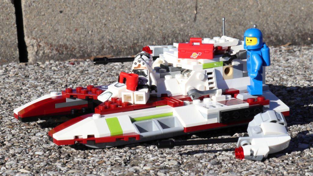 Clone Trooper sonnt sich und Benny schuftet | ©2019 Brickzeit