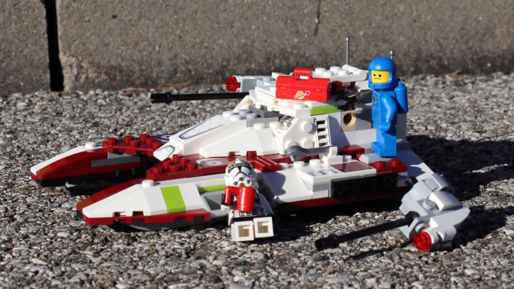 Clone Trooper sonnt sich und Benny schuftet immer noch | ©2019 Brickzeit