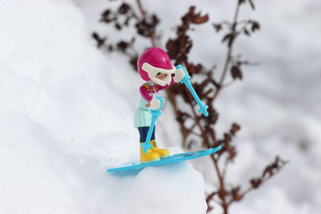 LEGO® Emma springt mit den Ski | ©2019 Brickzeit