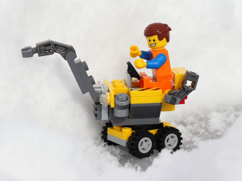 LEGO® Emmet räumt Schnee | ©2019 Brickzeit