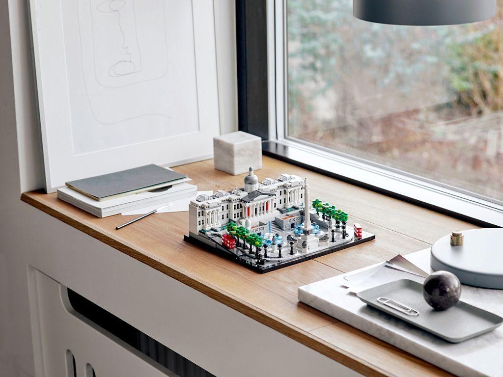 LEGO® Architecture 21045 Trafalgar Square - Set auf Fensterbank | ©LEGO Gruppe
