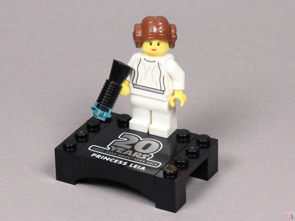 LEGO® Star Wars™ 75243 - Prinzessin Leia Jubiläumsminifigur auf Präsentationsständer | ©2019 Brickzeit